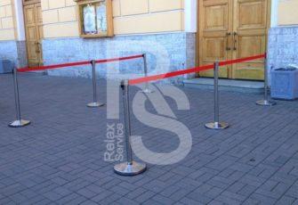 Ограничительный столбик с вытяжной лентой аренда на мероприятие СПб и МСК цена, взять в прокат столик с вытягиваемой красной лентой