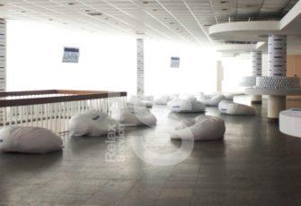 Аренда бескаркасного дивана в белом чехле Bubble на мероприятие в СПб и МСК цена