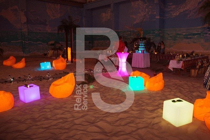 Световая и бескаркасная мебель для вечеринки в январе