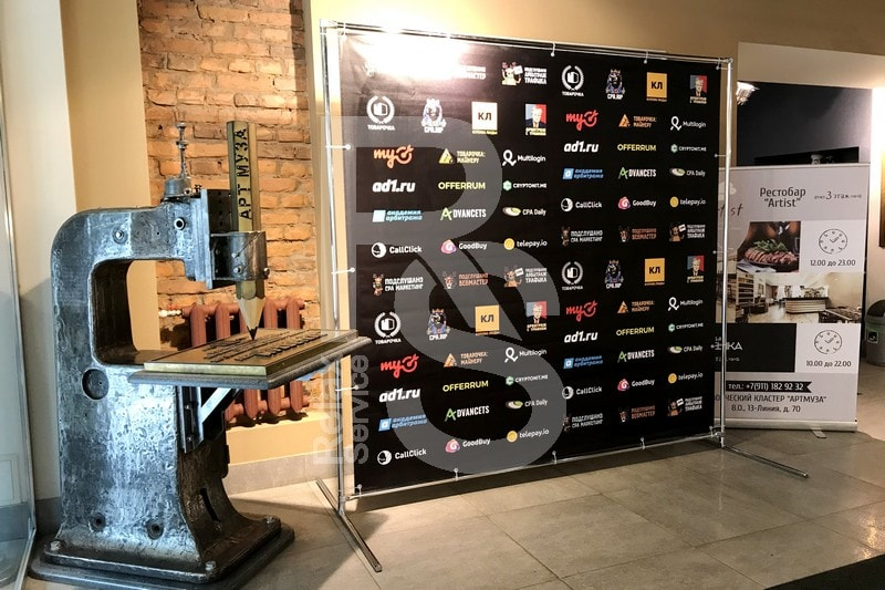 Фотозона с press wall в пространстве Артмуза