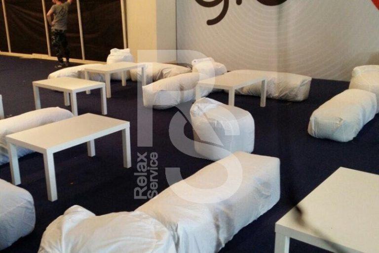Лавка бескаркасная белая аренда на мероприятие в СПб цена, прокат бескаркасных лавок в белых чехлах