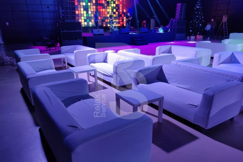 Белые трехместные диваны и журнальные столы в аренду в Санкт-Петербурге на мероприятия