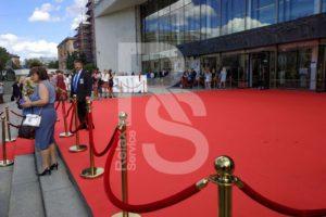 Красная ковровая дорожка со столбиками на праздник выпускников в СПб 2018