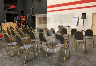 Штабелируемые стулья в аренду для спортивного мероприятия