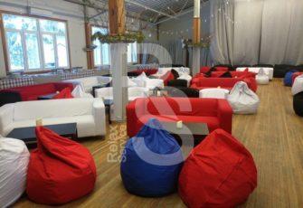 Аренда красных диванов и бескаркасных пуфов для мероприятий в МСК и СПб