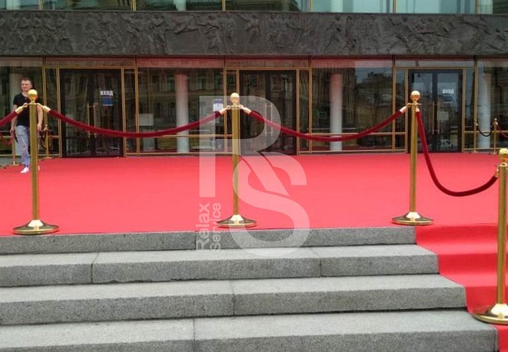 Аренда красной ковровой дорожки и золотых столбиков с красными канатми для бала выпускников в БКЗ 2019