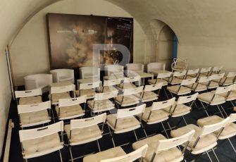 """Стулья с подушками и другая мебель в форту """"Константин"""""""