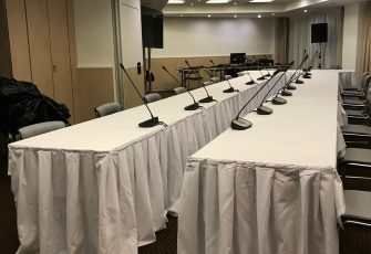 Столы со скатертями в Novotel